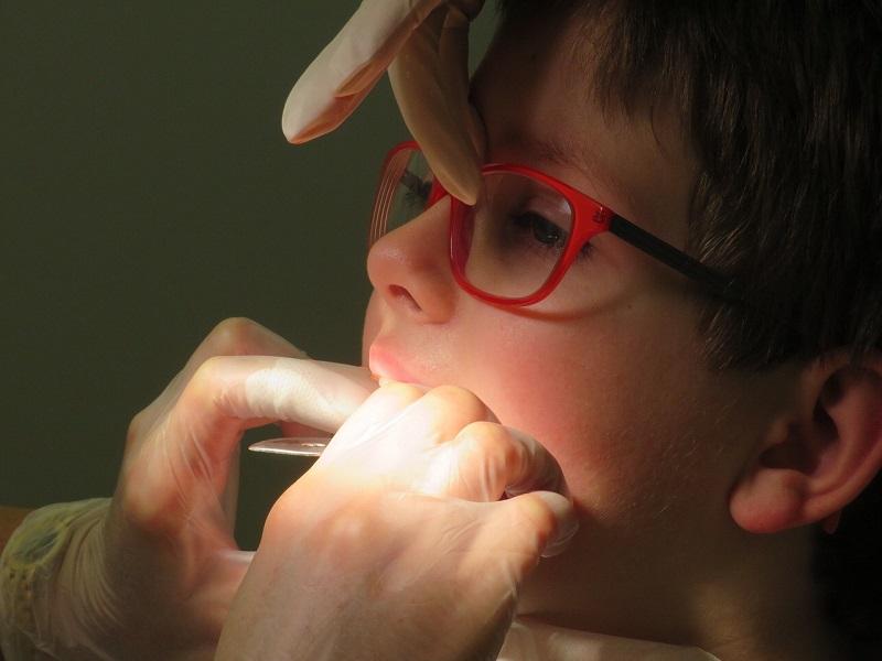 Dlaczego dzieci potrzebują aparatu na zęby?