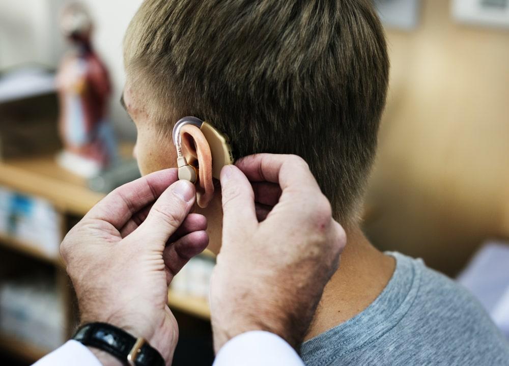 Czym się kierować przy wyborze aparatu słuchowego?
