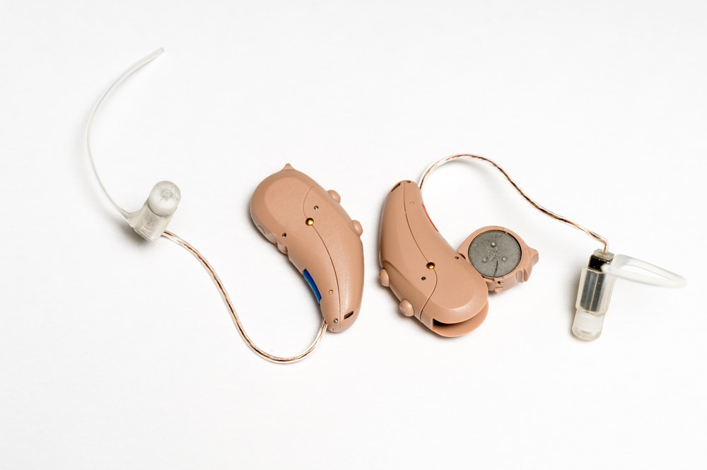 Czy nadszedł czas na wymianę aparatu słuchowego? Co może na to wskazywać?